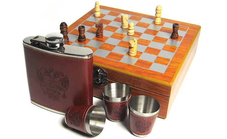 Шахматный набор с флягой